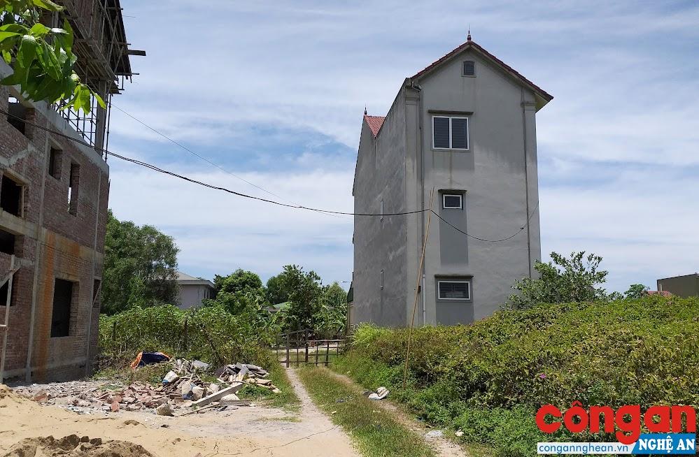 Ngôi nhà khang trang của gia đình ông Nguyễn Hạ Long không có đường vào nhà, hiện gia đình phải mượn tạm đường đi qua 2 lô đất phía bên cạnh