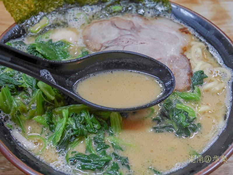 らっち家 炊かれたマイルドスープに醤油のカエシが強調されている