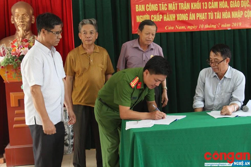 Đại diện Ban công tác mặt trận, các tổ chức, đoàn thể ký cam kết xây dựng mô hình