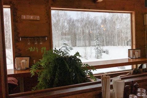 絵画のような窓の雪景色