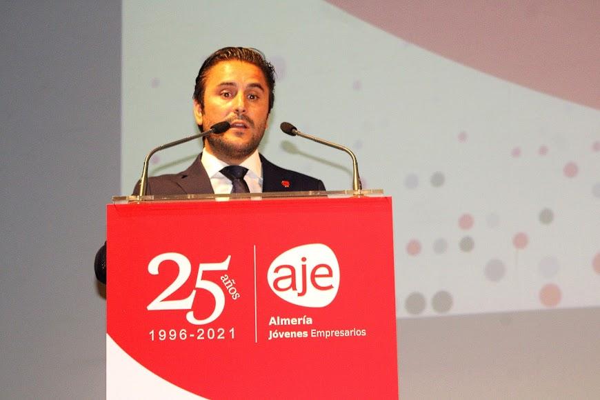 El secretario General de AJE Andalucía durante su intervención.