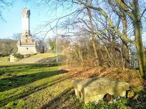 Photo: Der Harkortturm am Rande des geebneten Oberfläche des Harkortbergs mit einem der diversen Bunkerschächte im Vordergrund. Links der Schatten des höheren Relikts.