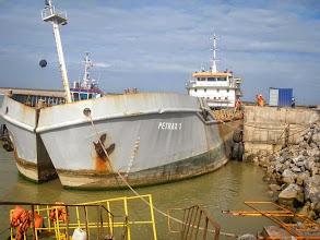Photo: Embarcação que leva pedras para quebra-mar e caixões da FCC no Porto do Açu - Abril 2014 - G. Belarmindo-1
