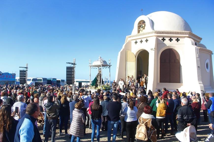 La Patrona, la Virgen del Mar llegando hasta su Ermita y rodeada de almerienses.