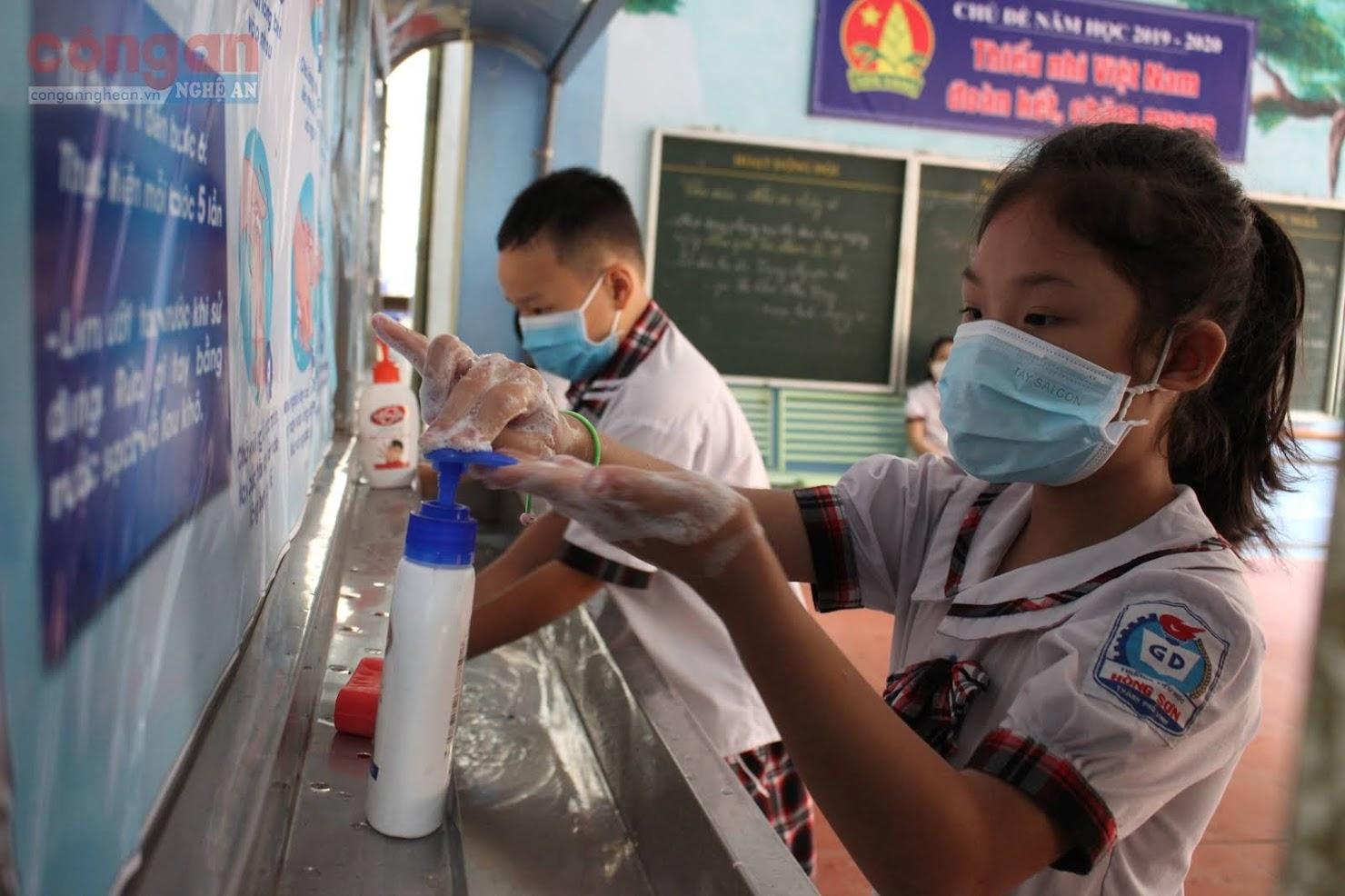 Khu vực rửa tay cho học sinh được bố trí nhiều nơi nhằm giúp các em thuận tiện hơn