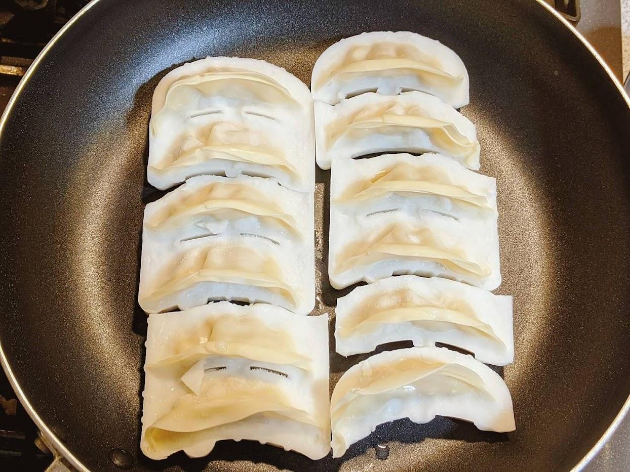 大阪王将餃子をフライパンに12個並べた画像