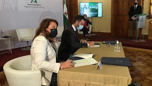 Carmen Crespo y Ramón Fernández-Pacheco firman el documento del \'Compromiso Blanco\'
