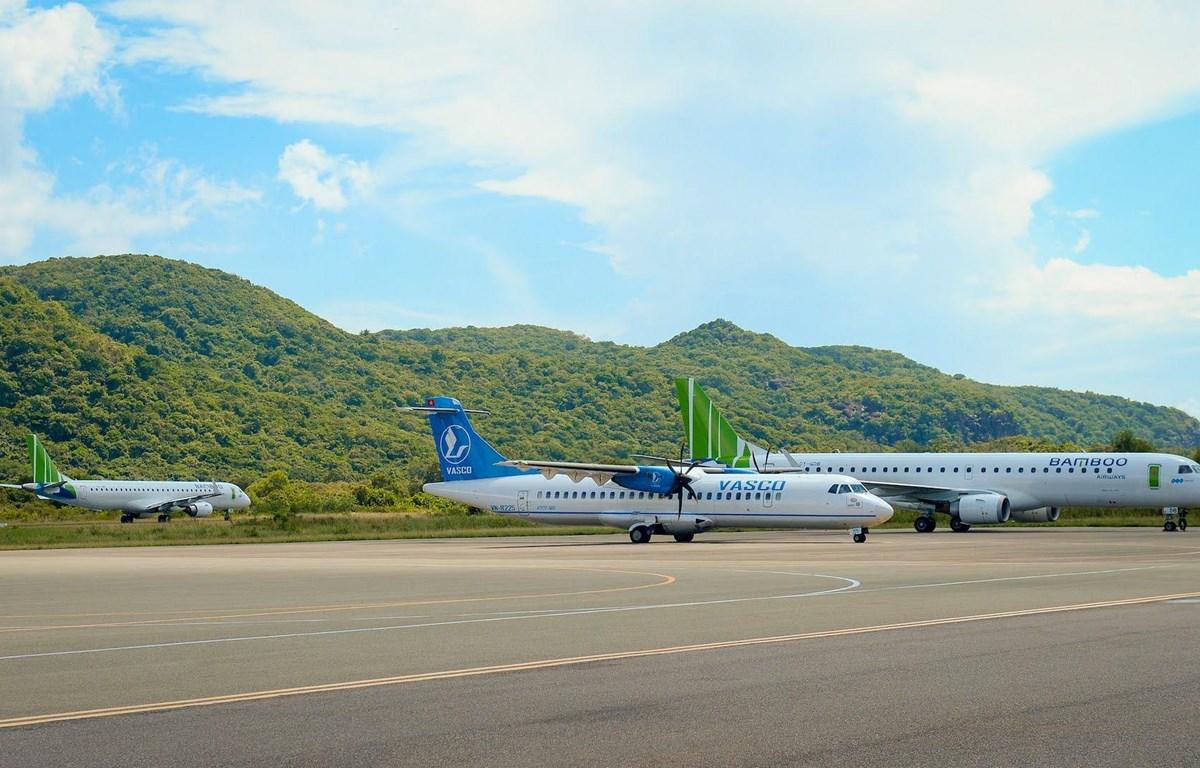 Máy bay của hai hãng hàng không VASCO và Bamboo Airways khai thác tại sân bay Côn Đảo. (Ảnh: CTV/Vietnam+)