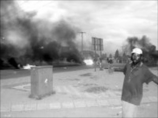 ANGRY: Residents blckade roads with rocks and fire. Pic. Boitumelo. Tshehle. © Sowetan.