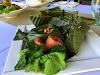 Indonésie. Cours de cuisine de Bali. Feuille de bananier Ikan Tum enveloppé épicée de poisson cuit à la vapeur.