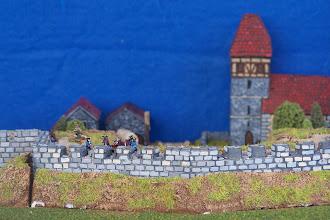 Photo: Le mura della città presidiate dall'artiglieria francese.Miniature Baccus, materiale scenico TimeCast e autocostruito.