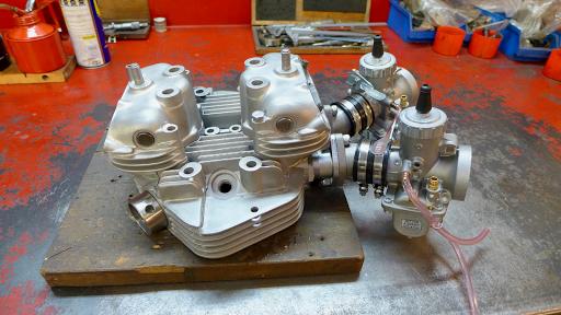 Vue générale de la culasse de Triumph T140 équipée de ses carburateurs VM