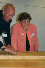 """Photo: Die Delegation des """"Neuen Merker"""" bei der """"Gottlob Frick-Gesellschaft in Ölbronn (2012). Dr. Sieglinde Pfabigan beim """"Handabdruck"""".  Foto: Elisabeth Freitag/Ölbronn"""