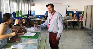 José Díaz Ibáñez (PSOE), alcalde de Tabernas, ejerciendo su derecho al voto.