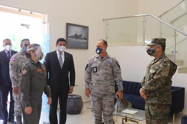 Ministro de Defensa y Jefe de Seguridad Presidencial acompañan a Comandante General FARD en recorrido edificación ESFOCAA