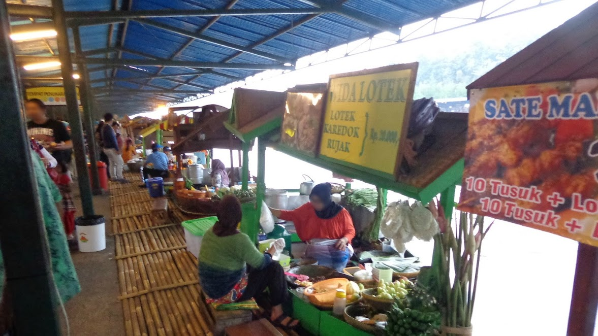 Area jajanan di Floating Market Lembang