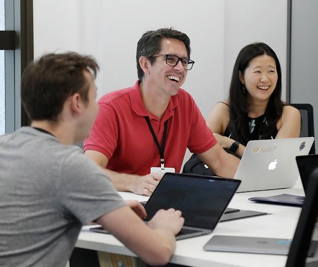 Grupo de fundadores de startups trabalhando com um mentor