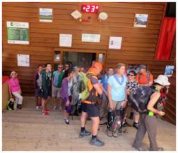 Photo: Esperando turno, junto a otras diecinueve personas más, en la estación principal del teleférico de Fuente Dé. Son ahora las 10h 46' y la temperatura ya comienza a ser excesiva (23º).
