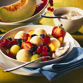 Sommerlicher Obstsalat mit kleinen Topfen-Knödeln
