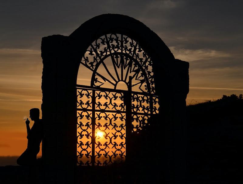 The sun behind the door di AntoMarPh