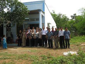 Photo: Gia đình thầy Sâm cùng đồng nghiệp cũ trước căn nhà mới