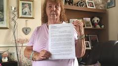 Freda Jackson fotografíada con la reclamación por el diario Daily Mirror