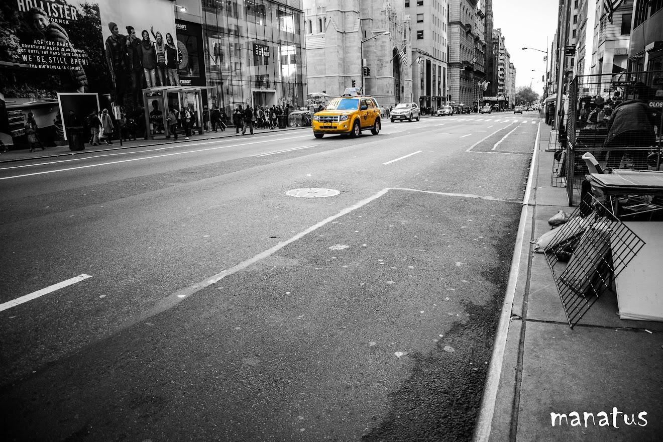 taxi amarillos sobre imagen en blanco y negro