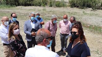 Carmen Crespo y la delegada territorial, Maribel Sánchez visitaron el cauce del Río Aguas junto al alcalde de Sorbas.