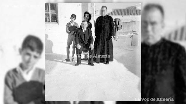 Antonio 'el Rubio' junto a su hijo, el cura Antonio García Flores, su hija Carmen y un nieto, en el terrao de la casa.