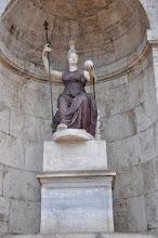 Photo: Porfyrová a mramorová socha bohyně Minervy, později považovaná za sochu bohyně Říma. Je součástí fontány se schodištěm paláce Senatorio.