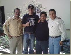 Una foto (tomada por César Osorio) de hace rato. Allí aparecemos en el patio de la UVI: Gerardo Ávila, Raciel Domínguez, Yop y Edgar Huesca