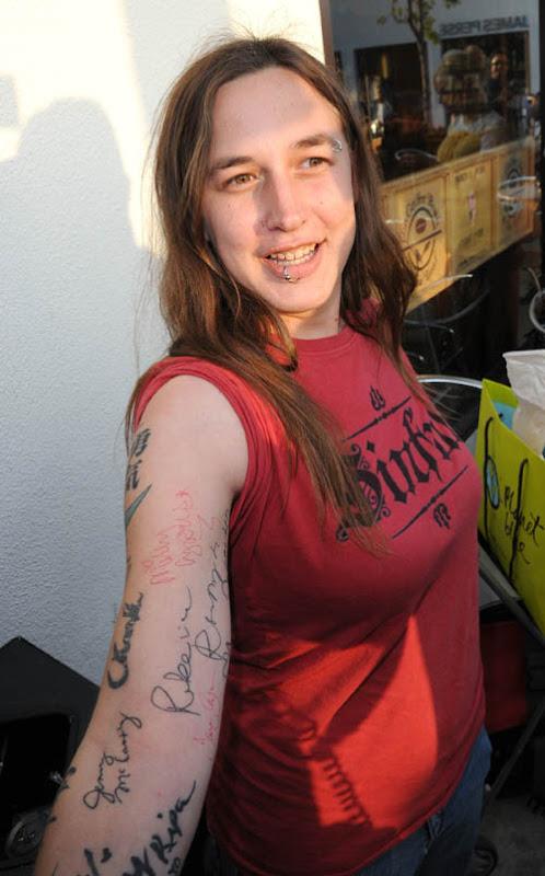 en un tatuaje.  su autografía en su propio cuerpo para luego convertirla en un tatuaje.