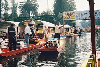 Photo: 1B080011 Meksyk - Xochimilco - park wodny kwiatów – pływające sklepy i jadłodajnie na łodziach