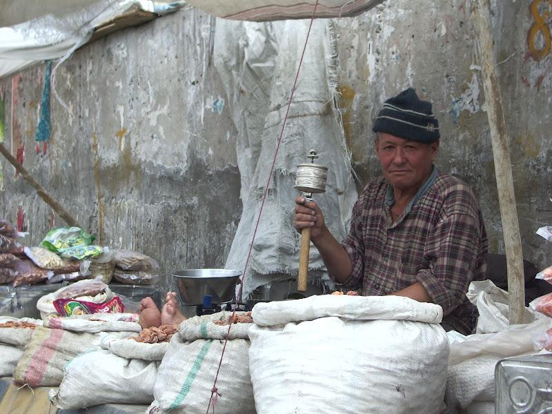 Daily street market Leh, Ladack. di terazuc