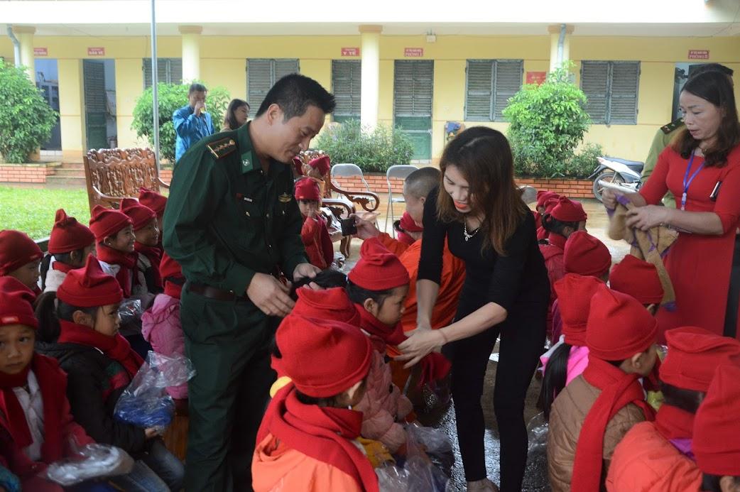 Chương trình 'Hơi ấm mùa Đông 2019' tặng quà cho gần 1.800 em học sinh khu vực biên giới