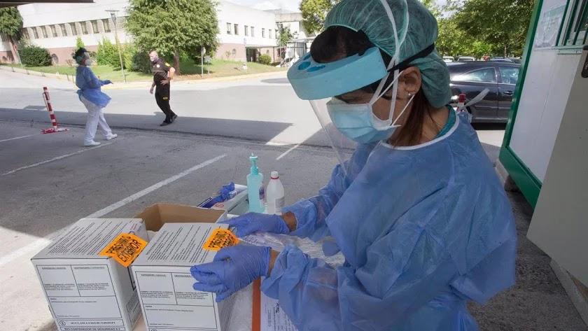 Sanitarios realizan pruebas PCR en un hospital.