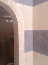 Photo: Decoración de entrada. imitación a mármol travertino rustico y estuco marmolino color gris
