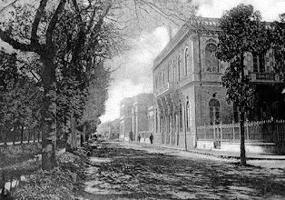 Photo: Rua do Imperador. À direita, prédio do antigo Fórum. Os rios ainda não tinham os balaustres e a rua ainda não havia recebido calçamento. Foto do final do século XIX.