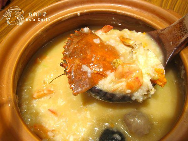 富鼎砂鍋粥-滿滿海味金黃色的蟹膏粥