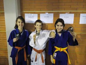 Photo: Txapelketa ostean Arrasate judo Aretxabaleta Desoreka judo klubeko kideak. Irrifarrea ahoan eta domina erakusten.