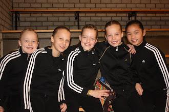 Photo: Groepsspringen en allemaal in nieuw trainingspak: v.l.n.r. Chantal, Eline, Yara, Sietske en Lushan