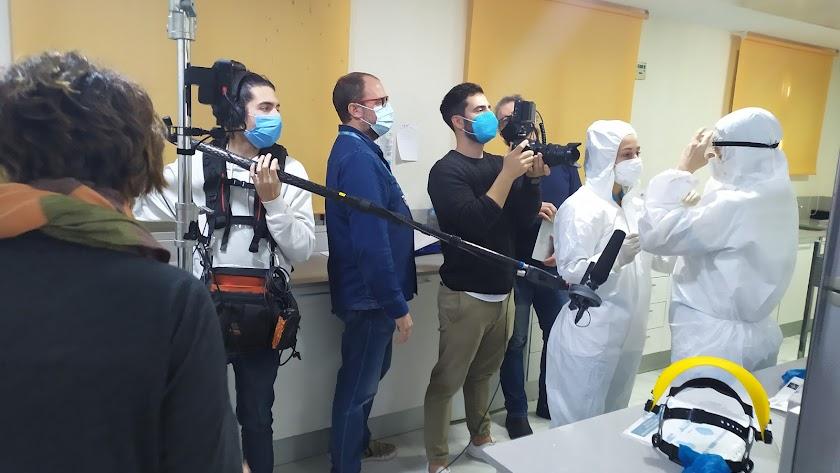 David del Águila junto al director de fotografía Pablo Miralles, durante el rodaje del corto en el Hospital Mediterráneo.