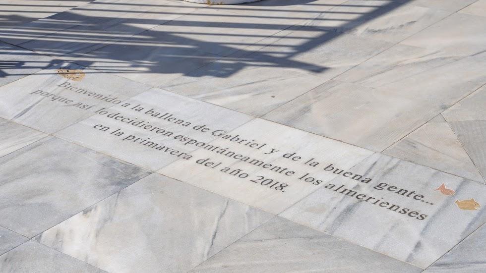 Detalle del suelo de la Ballena donde se recoge la dedicatoria espontánea a Gabriel