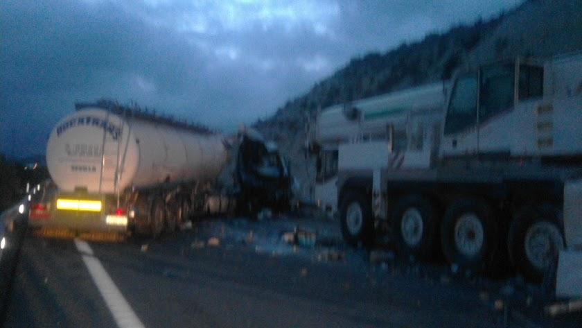 Imagen del camión cruzado ante la grúa en una imagen cortesía de Javier Marín Sáez.