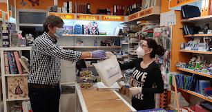 El alcalde de Adra haciendo entrega de uno de los kits en un comercio.
