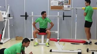 Sergio Aguza, en el centro de la imagen, no ha tenido descanso como el resto de lesionados.