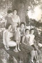 Photo: Arriba, Rosina (peluquera) y Candi. Abajo, Miliuca, Manolita, Curra, Mari Carmen (vasca) y Miliuca. El joven de arriba aguantando el árbol, era un chico de Santander muy apreciado por las dos Miliucas....