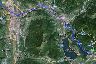 Photo: Denn wir haben die Rechnung ohne den Berg gemacht, der sich vor dem Etappenziel auftürmt. Links herum (blaue Linie) wäre richtig gewesen, der Valsugana-Bahn folgen. Doch wir lassen uns irritieren, umfahren den Berg von der anderen Seite, durch die Großstadt Trento (Autos, Ampeln, Abgase), kämpfen uns über die Berge, endlose Anstiege und ebensolche Abfahrten, am Ende fast verzweifelt, Ankunft 21h30 im Dunkeln in der Höhle des Löwen: Hotel Salus, fix und foxi... argh.