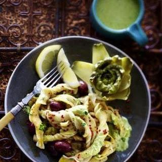 Kräuter-Chili-Nudeln mit Baby-Artischocken, Oliven und Zitrone