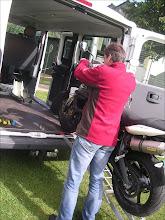 Photo: Vorderrad auf Ladefläche. MotoMove Auffahrschiene gebogen klappbar.